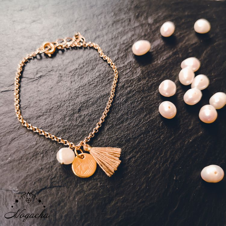 bracelet-leggero-perle-eau-douce-plaque-or-pompon