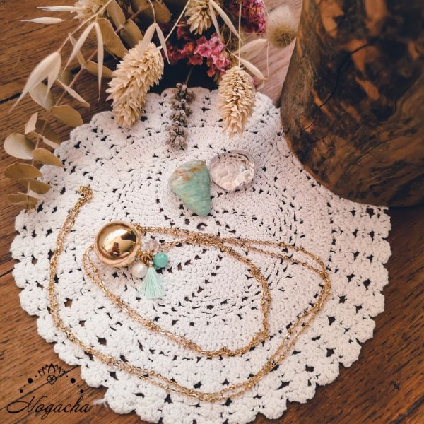 collier-bola-de-grossesse-pompon-dore-amazonite-cristal-de-roche