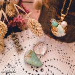 collier-bola-de-grossesse-pompon-dore-cristal-de-roche-amazonite
